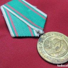 Militaria: ANTIGUA MEDALLA ERA COMUNISTA MILITAR COMEMORATIVA DE LA SEGUNDA GUERRA MUNDIAL SOLDADOS DISPARANDO. Lote 108026907