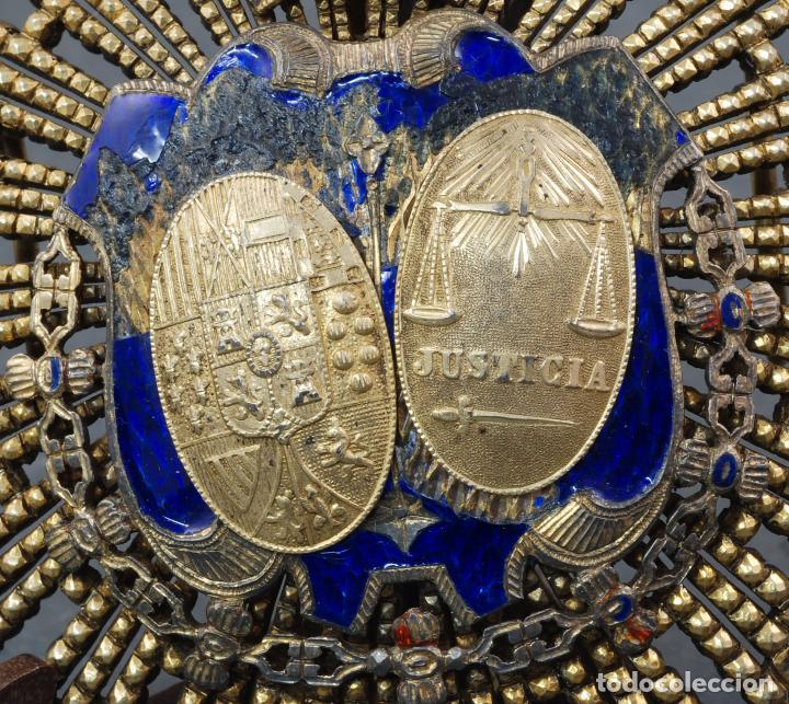 Militaria: Placa medalla juez Ministerio de Justicia plata dorada época Alfonso XIII - Foto 2 - 109452823