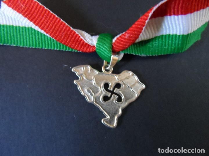 MEDALLA PATRIOTICA MAPA EUZKAL HERRIA . DE PLATA. SIGLO XX (Militar - Medallas Españolas Originales )