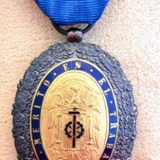 Militaria: MEDALLA AL MERITO EN EL TRABAJO 1942 CATEGORIA ORO INSIGNIA Y CAJA ORIGINAL EXCELENTE CONSERVACION. Lote 56549304