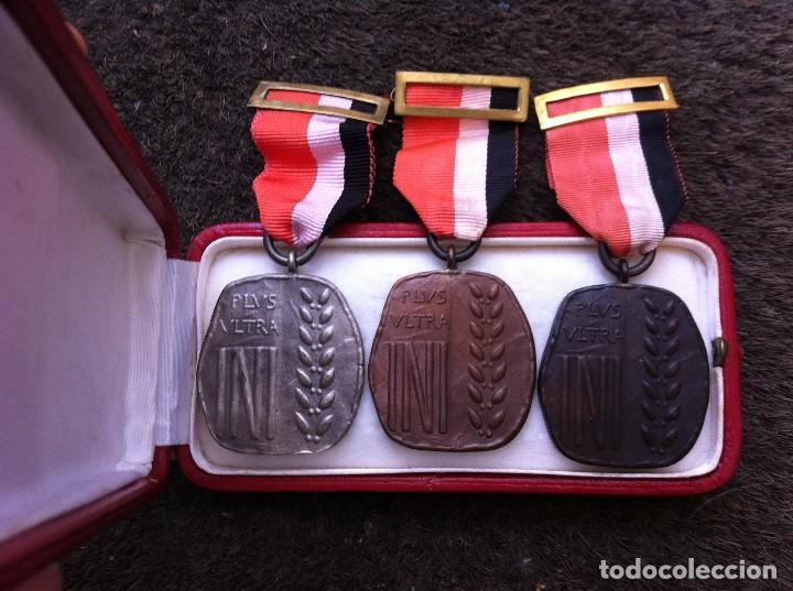 3 MEDALLAS CON ESTUCHE DEL INSTITUTO NACIONAL DE INDUSTRIA. PLUS ULTRA. (Militar - Medallas Españolas Originales )