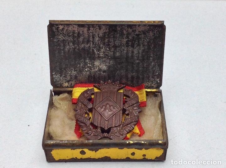 MEDALLA DE OJAL SOMATENS DE CATALUÑA - PAU SEMPRE PAU. - MONSERRAT - CON CAJA DE H.DE B.CASTELS (Militar - Medallas Españolas Originales )