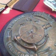 Militaria: MILITAR METOPA DE BRONCE CON BASE DE MADERA ..NOMBRE DE LA FRAGATA. Lote 125245980