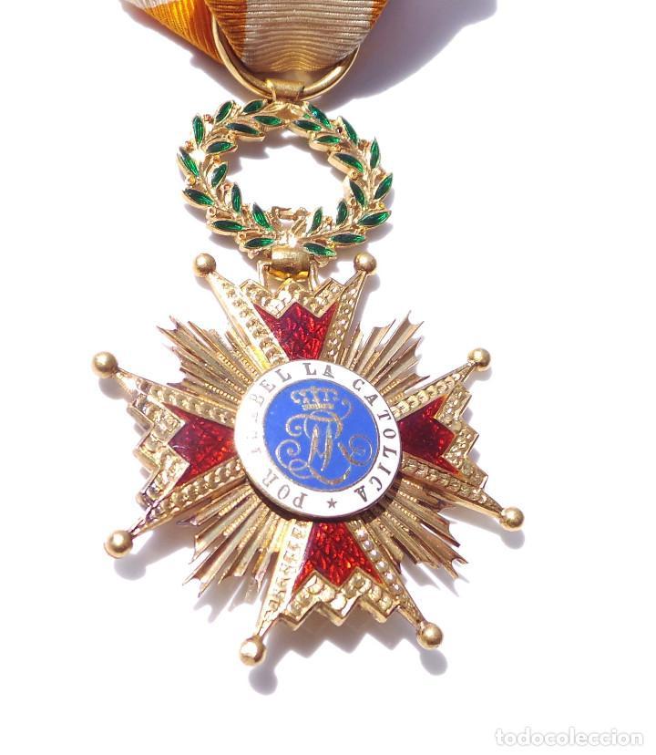 Militaria: MEDALLA REAL ORDEN DE ISABEL LA CATÓLICA EN ORO DE 18 KILATES.- ISABEL II. - Foto 11 - 127871703