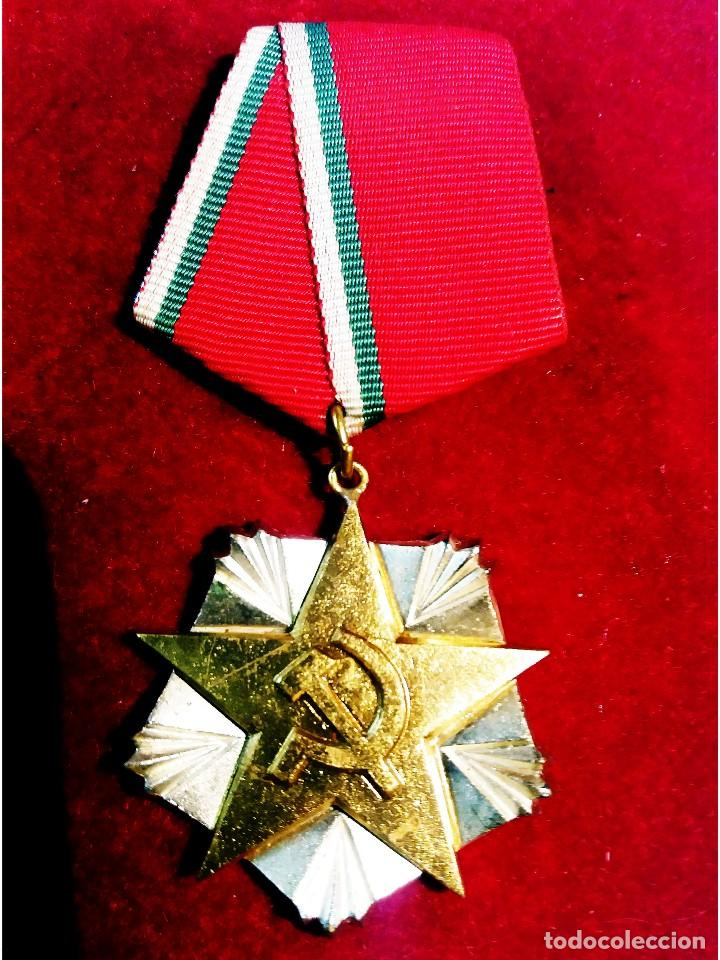 BULGARIA.- MEDALLA DE MERITO AL TRABAJO,EN PLATA Y PLATA DORADA. NUEVA,ESTUCHE Y DOCUMENTACION. LIJO (Militar - Medallas Extranjeras Originales)