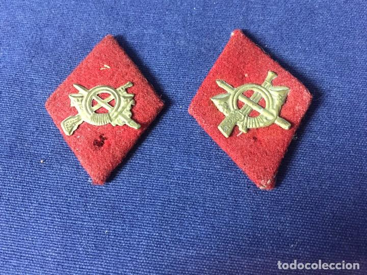 DOS ROMBOS FIELTRO ROJO LATON TROQUELADO INFANTERIA PARA TROPA MITAD S XX 5X3,5CMS (Militar - Medallas Españolas Originales )