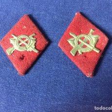 Militaria: DOS ROMBOS FIELTRO ROJO LATON TROQUELADO INFANTERIA PARA TROPA MITAD S XX 5X3,5CMS. Lote 131089264