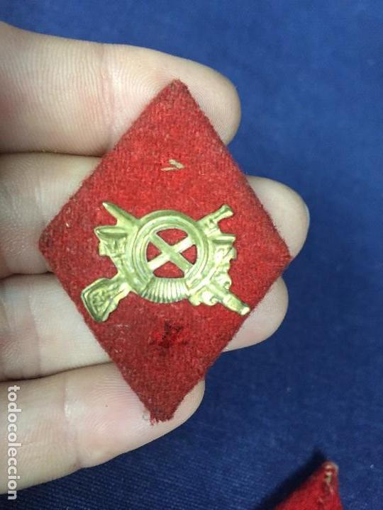 Militaria: DOS ROMBOS FIELTRO ROJO LATON TROQUELADO INFANTERIA PARA TROPA MITAD S XX 5X3,5CMS - Foto 3 - 131089264