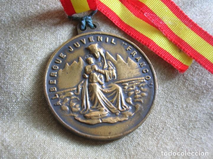 RARA MEDALLA DEL ALBERGUE JUVENIL FRANCO. POR EL IMPERIO HACIA DIOS. PRECISO RELIEVE. (Militar - Medallas Españolas Originales )