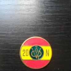Militaria: MEDALLITA EMBLEMA VÍCTOR FRANCISCO FRANCO FALANGE 20N - BANDERA ESPAÑA. Lote 134317149