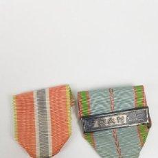Militaria: LOTE DOS MEDALLAS FRANCESAS PRISIONEROS Y CONMEMORATIVA SEGUNDA GUERRA MUNDIAL. Lote 136748890