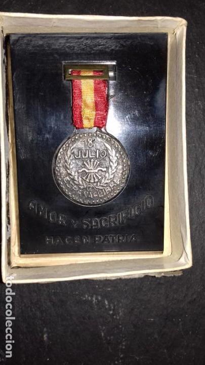 18 JULIO ESPAÑA LIBRE. AMOR Y SACRIFICIO HACEN PATRIA. CON CAJA ORIGINAL RENTERIA Nº 051 (Militaria - Original Spanish Medals)