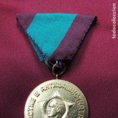 Militaria: ANTIGUA MEDALLA MILITAR CONMEMORATIVA DEL LÍDER COMUNISTA BÚLGARO. Lote 140482422