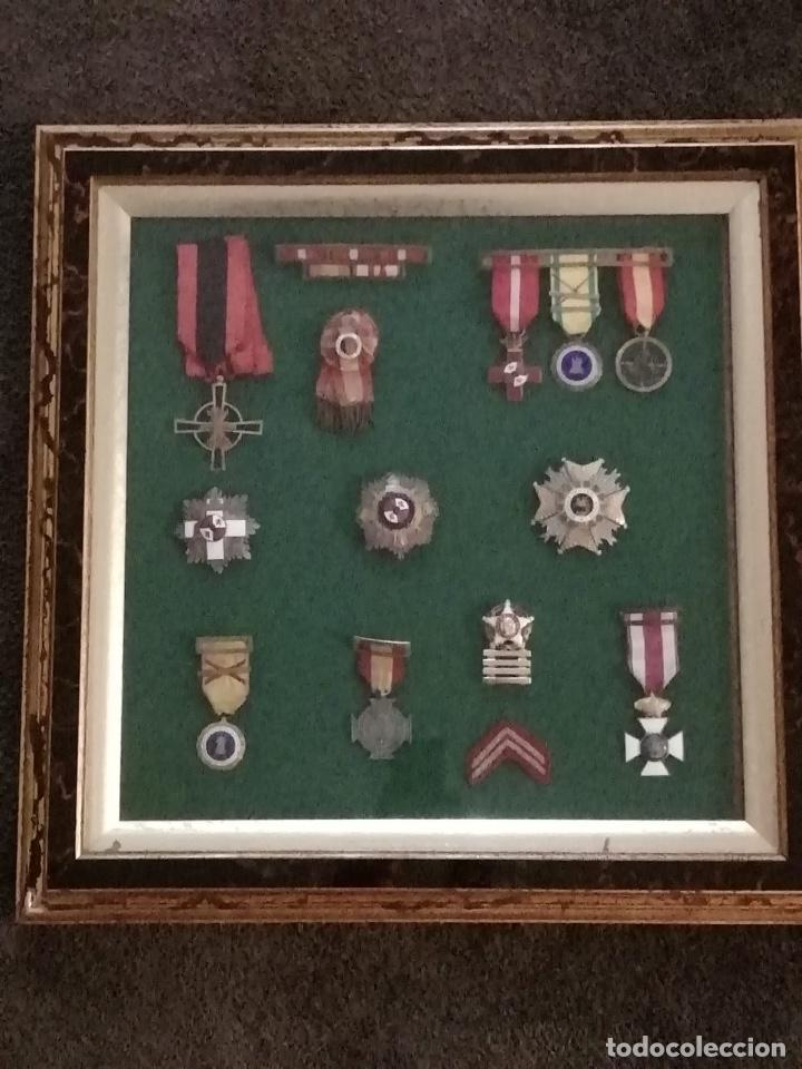 CUADRO CON MEDALLAS MILITARES ORIGINALES (Militar - Medallas Españolas Originales )