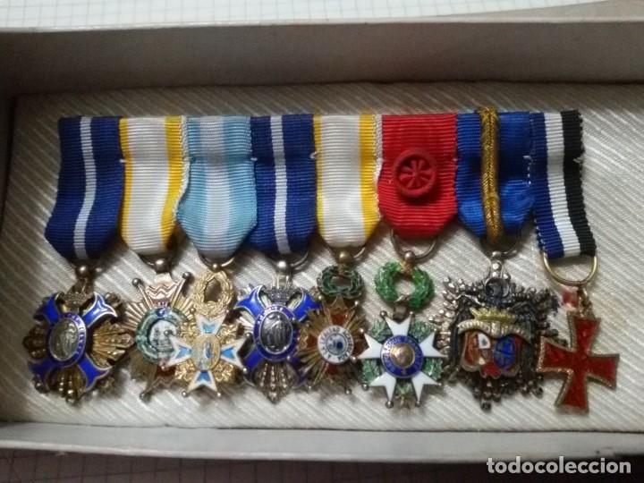 PASADOR 8 MINIATURAS DE EPOCA -CORRESPONDIENTES AL CONSUL DR. HANS A. KROLL CON CERTIFICADO (Militar - Cintas de Medallas y Pasadores)