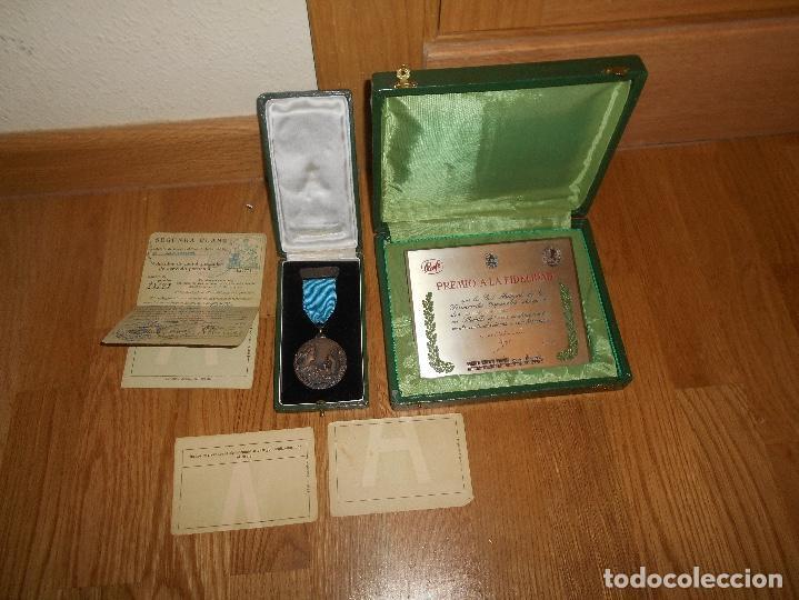 ESTUCHE MEDALLA Y PLACA PREMIO A LA FIDELIDAD RENFE TREN CATEGORÍA ORO JUNIO 1964 PAPELES TITULAR (Militar - Medallas Españolas Originales )