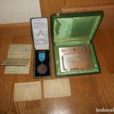 Militaria: ESTUCHE MEDALLA Y PLACA PREMIO A LA FIDELIDAD RENFE TREN CATEGORÍA ORO JUNIO 1964 PAPELES TITULAR. Lote 146524766