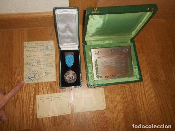 Militaria: ESTUCHE MEDALLA Y PLACA PREMIO A LA FIDELIDAD RENFE TREN CATEGORÍA ORO JUNIO 1964 PAPELES TITULAR - Foto 6 - 146524766
