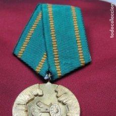 Militaria: ANTIGUA MEDALLA MILITAR CONMEMORATIVA BUEN ESTADO. Lote 147656286