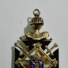 Militaria: BONITA MEDALLA, CON CASCO MEDIEVAL, ESPADAS CRUZADAS, Y CALAVERA CON HUESOS,MEDIDAS 2,5 X 4,5 CM. Lote 147962106