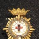 Militaria: PIN SOLAPA OJAL METAL DORADO IN HOC SIGNO SALUS CRUZ ROJA 18MM. Lote 152575946