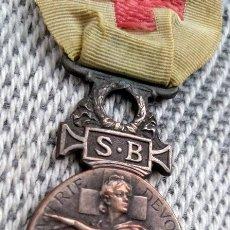Militaria: ANTIGUA MEDALLA CRUZ ROJA DE SOCIEDAD FRANCESA DE MILITARES HERIDOS EN PLATA DEL AÑO 1864. Lote 154150940