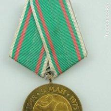 Militaria: ANTIGUA MEDALLA ERA COMUNISTA MILITAR COMEMORATIVA DE LA SEGUNDA GUERRA MUNDIAL SOLDADOS DISPARANDO. Lote 156567638