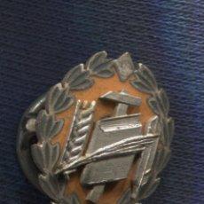 Militaria: MEDALLA DE PLATA DEL SINDICATO ESPAÑOL DE MAGISTERIO. CNS. 1ER MODELO. ÉPOCA FRANCO. MINIATURA.. Lote 156837426