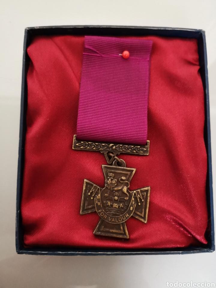 ANTIGUA MEDALLA MILITAR FOR VALOUR REINA VICTORIA INGLATERRA REPLICA CAJA ORIGINAL (Militar - Reproducciones y Réplicas de Medallas )