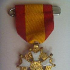 Militaria: ANTIGUA MEDALLA ESCOLAR : PREMIO AL MERITO , CON BANDERA NACIONAL. Lote 159728214