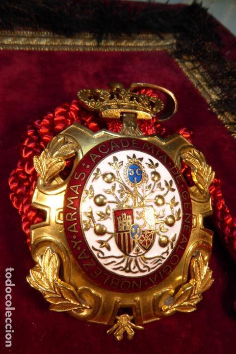 BELLA MEDALLA DE LA ACADEMIA DE GENEALOGÍA, NOBLEZA Y ARMAS DE ALFONOS XIII. (Militar - Medallas Españolas Originales )