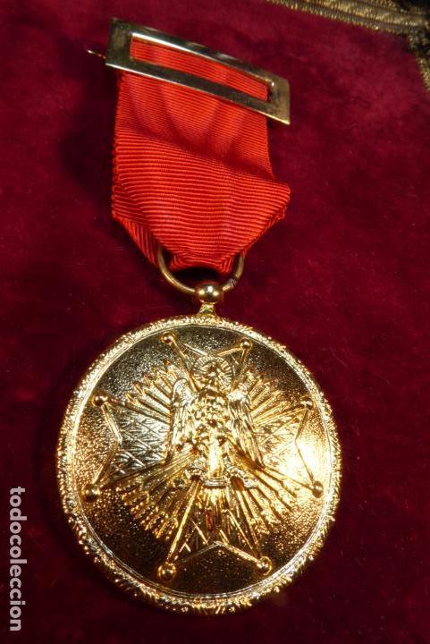 MEDALLA DE CABALLERO DE LA ORDEN ESPAÑOLA DE CISNEROS. ÉPOCA FRANQUISTA. (Militar - Medallas Españolas Originales )