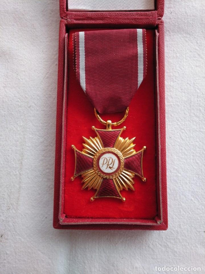 POLONIA. MEDALLA AL MÉRITO, CATEGORÍA ORO. IMPECABLE, EN SU CAJA ORIGINAL. (Militar - Medallas Extranjeras Originales)