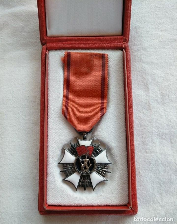 POLONIA. ÓRDEN DE ABANDERADO DEL TRABAJO, CATEGORÍA PLATA. EN SU CAJA ORIGINAL. (Militar - Medallas Internacionales Originales)