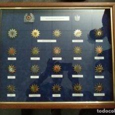Militaria: PLACAS DE GORRA POLICIA , EN VITRINA Y CRISTAL, INSIGNIAS, DISTINTIVOS DE GORRA.TIPO GUARDIA CIVIL.. Lote 171774603