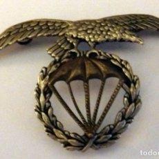 Militaria: ORIGINAL EMBLEMA ÁGUILA PARA BOINA BRIGADA PARACAIDISTA AÑOS 70. 7X5 CMS. Lote 179130848