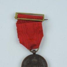 Militaria: MEDALLA PROCLAMACIÓN ALFONSO XIII, MAYORÍA EDAD 17 MAYO 1902, FIRMADA VICTORINO, CINTA RASGADA.. Lote 180438803