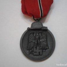 Militaria: MEDALLA WINTERSCHLACHT IM OSTEN 1941/1942, MARCADA 127 EN ANILLA, CON SU CINTA ORIGINAL. Lote 175052933
