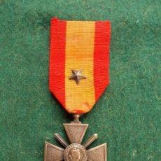 Militaria: CRUZ DE GUERRA TEATRO DE OPERACIONES EXTERIORES FRANCIA 1940 CON ESTRELLA DE MÉRITO DE SU REGIMIENTO. Lote 185776890