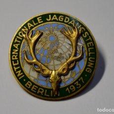 Militaria: RARA INSIGNIA DE LA EXPOSICION INTERNACIONAL DE CAZA DE BERLIN DEL AÑO 1937. NUEVA!!. Lote 188398476