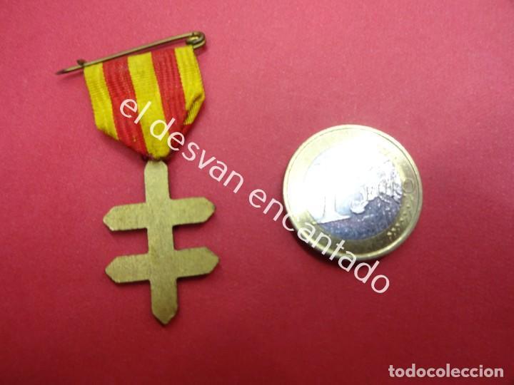 Militaria: Antigua medalla doble cruz esmaltada con cinta y pasador. GUERRA CIVIL?? - Foto 2 - 189146531