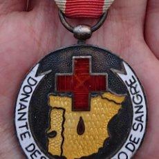 Militaria: MEDALLA DE PLATA DONANTE DESINTERESADO DE SANGRE DE LA CRUZ ROJA. Lote 189196227