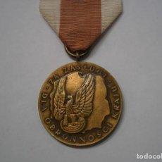 Militaria: POLONIA-MEDALLA AL MERITO EN LA DEFENSA NACIONAL, CATEGORIA BRONCE-CON SU CINTA ORIGINAL. Lote 189648508