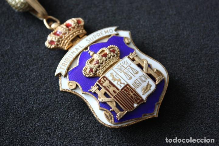 MEDALLA ORIGINAL DEL TRIBUNAL SUPREMO DE JUSTICIA. CON SU CORDÓN ORIGINAL. JUEZ. ESMALTADA. (Militar - Medallas Españolas Originales )