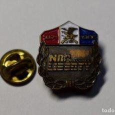 Militaria: INSIGNIA DEL 105 ANIVERSARIO DE LA ASOCIACION NACIONAL DEL RIFLE DE ESTADOS UNIDOS.AÑO 1986. Lote 191672213