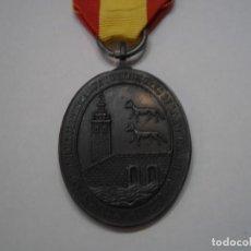 Militaria: MEDALLA DE BILBAO 1874 EN BRONCE, MODELO CON LOBOS CON SU CINTA Y PASADOR. Lote 192237143