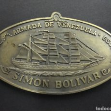 Militaria: PLACA CONMEMORATIVA BOTADURA BUQUE ESCUELA SIMON BOLIVAR ASTILLEROS TALLERES CELAYA BILBAO MEDALLA. Lote 193164138
