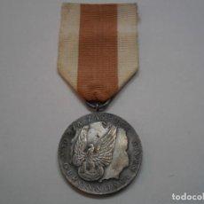Militaria: POLONIA-MEDALLA AL MERITO EN LA DEFENSA NACIONAL, CATEGORIA PLATA-CON SU CINTA ORIGINAL. Lote 193262382