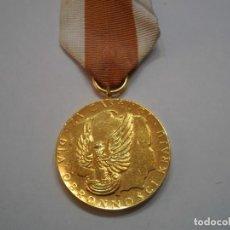 Militaria: POLONIA-MEDALLA AL MERITO EN LA DEFENSA NACIONAL, CATEGORIA ORO-CON SU CINTA ORIGINAL. Lote 193262685