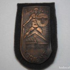 Militaria: PLACA ALEMANA DEL SITIO DE LORIENT (BASE DE SUBMARINOS) SOBRE TELA, METAL DORADO. Lote 193348118
